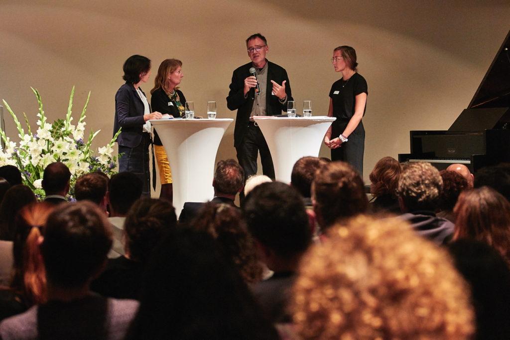 Stadträtin Prof. Daniela Birkenfeld, Uni-Vizepräsident Prof. Roger Erb sowie am Projekt beteiligte Studierende diskutierten über die Grenzen des ehrenamtlichen Engagements und über die aktuelle Situation in Frankfurt. Fotograf: Lecher
