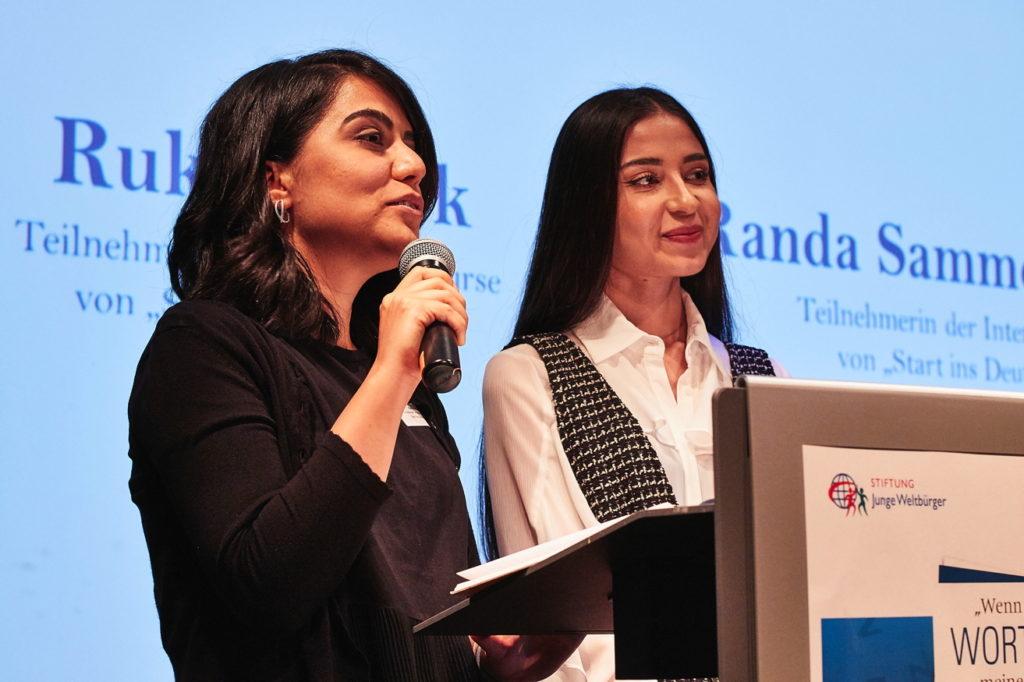 Wie aus der Fremdsprache eine eigene Sprache wird, verdeutlichten zwei Teilnehmerinnen des Projekts, die über ihre erste Zeit in Deutschland sprachen. Fotograf: Lecher
